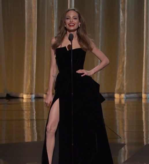 f49775b96c35bee8f51ef6bfa65e81372bebd4dc-Angelina-Jolie-Leg-Slip-2012-Academy-Awards-Oscars